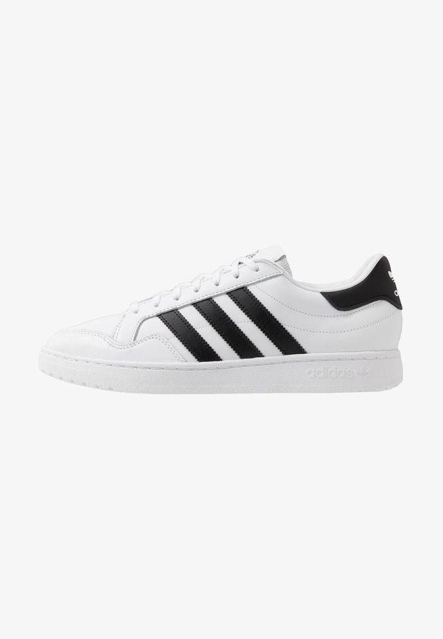 TEAM COURT - Sneakersy niskie - ftwwht/cblack/ftwwht