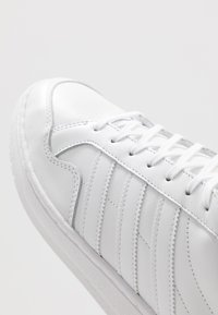 adidas Originals - TEAM COURT - Sneakers laag - footware white/core black - 5