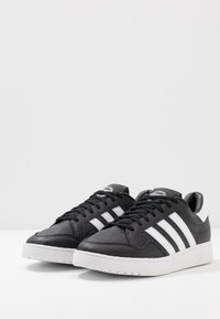 adidas Originals - TEAM COURT - Sneaker low - core black/footwear white