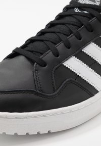adidas Originals - TEAM COURT - Sneaker low - core black/footwear white - 5