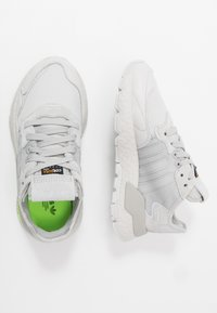adidas Originals - NITE JOGGER - Sneakersy niskie - grey one/grey two/signal green - 1