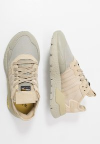 adidas Originals - NITE JOGGER - Joggesko - grey/savanne - 1