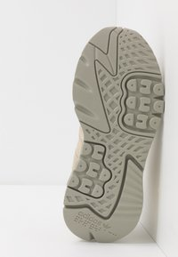 adidas Originals - NITE JOGGER - Joggesko - grey/savanne - 4
