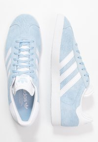 adidas Originals - GAZELLE - Matalavartiset tennarit - clear sky/footwear white/gold metallic - 1