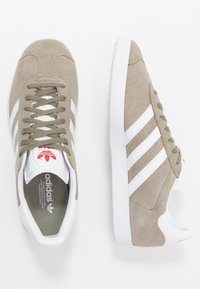 adidas Originals - GAZELLE - Sneakers basse - trace cargo/footwear white/glow red - 1
