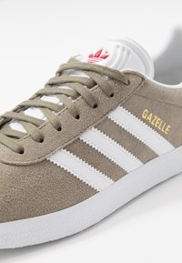 adidas Originals - GAZELLE - Sneakers basse - trace cargo/footwear white/glow red - 5
