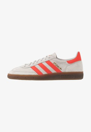 HANDBALL SPEZIAL - Baskets basses - grey two/hi-res red /gold metallic