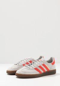 adidas Originals - HANDBALL SPEZIAL - Sneakers laag - grey two/hi-res red /gold metallic - 2