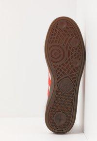 adidas Originals - HANDBALL SPEZIAL - Sneakers laag - grey two/hi-res red /gold metallic - 4