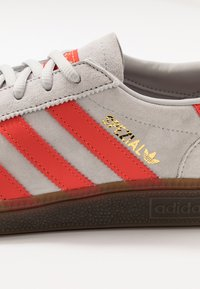 adidas Originals - HANDBALL SPEZIAL - Sneakers laag - grey two/hi-res red /gold metallic - 5