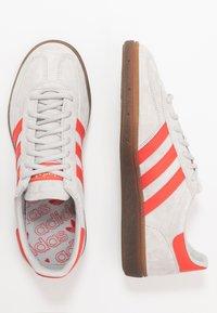 adidas Originals - HANDBALL SPEZIAL - Sneakers laag - grey two/hi-res red /gold metallic - 1