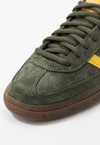 adidas Originals - HANDBALL SPEZIAL - Sneakers basse - night cargo/yellow - 5