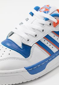 adidas Originals - RIVALRY - Zapatillas - footwear white/blue/orange - 5
