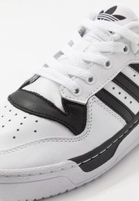 adidas Originals - RIVALRY  - Baskets basses - footwear white/core black - 5