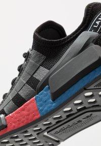 adidas Originals - NMD_R1.V2 - Matalavartiset tennarit - core black/carbon - 5