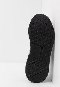adidas Originals - NMD R1.V2 - Sneakers basse - core black - 4