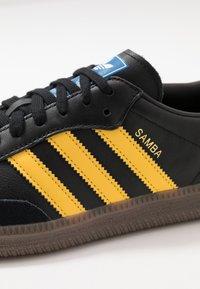 adidas Originals - SAMBA - Tenisky - core black/equipment yellow/blu bird - 5
