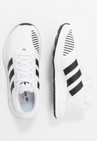 adidas Originals - SWIFT RUN - Sneakers laag - footwear white/core black - 1