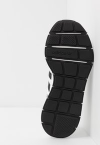 adidas Originals - SWIFT RUN - Joggesko - ftwwht/cblack/ftwwht - 5