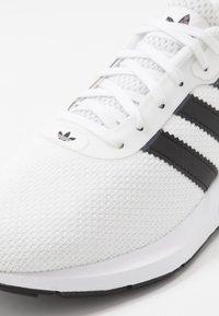 adidas Originals - SWIFT RUN - Zapatillas - ftwwht/cblack/ftwwht - 2