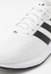 adidas Originals - SWIFT RUN - Sneakers laag - footwear white/core black - 5