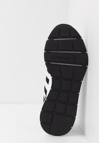 adidas Originals - SWIFT RUN - Joggesko - core black/footwear white - 4