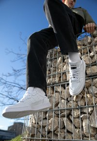 adidas Originals - SUPERCOURT - Sneakers laag - footwear white/core black - 7