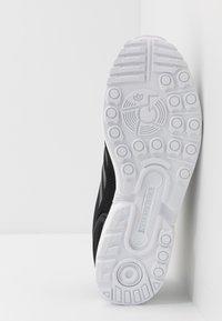 adidas Originals - ZX FLUX - Sneakers laag - core black/footwear white - 4