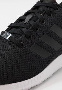 adidas Originals - ZX FLUX - Sneakers laag - core black/footwear white - 5