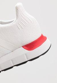 adidas Originals - SWIFT RUN - Sneakers laag - crystal white/footware white - 5