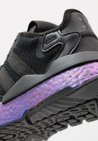 adidas Originals - NITE JOGGER - Matalavartiset tennarit - core black/carbon - 5