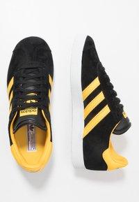 adidas Originals - GAZELLE - Sneakers basse - core black/bold gold/footwear white - 1