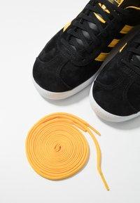 adidas Originals - GAZELLE - Sneakers basse - core black/bold gold/footwear white - 5