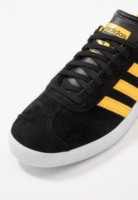 adidas Originals - GAZELLE - Sneakers basse - core black/bold gold/footwear white - 6