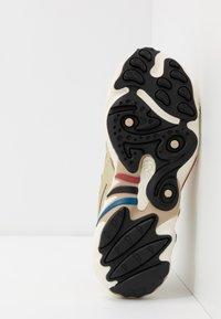 adidas Originals - FYW 98 - Matalavartiset tennarit - gold metallic/offwhite/core black - 4
