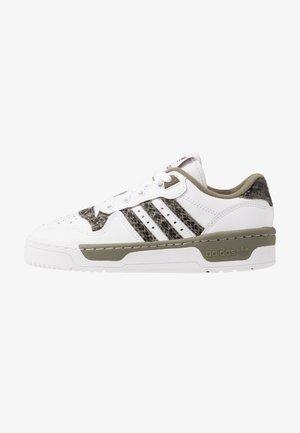 RIVALRY - Sneaker low - footwear white/legend green