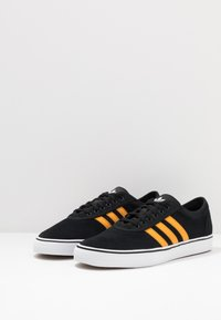 adidas Originals - EASE - Sneakersy niskie - core black/tactile yellow/footwear white - 2