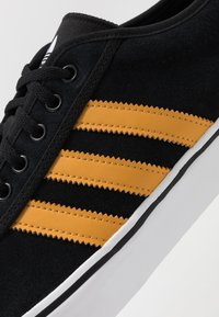 adidas Originals - EASE - Sneakersy niskie - core black/tactile yellow/footwear white - 5