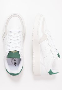 adidas Originals - SUPERCOURT - Sneakers laag - footwear white/collegiate green - 1