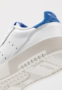 adidas Originals - SUPERCOURT - Sneakers - footwear white/royal blue - 5