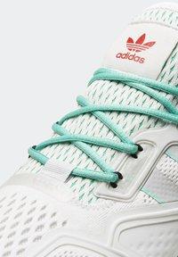 adidas Originals - ZX 2K BOOST - Sneakersy niskie - white/grey/ green - 3