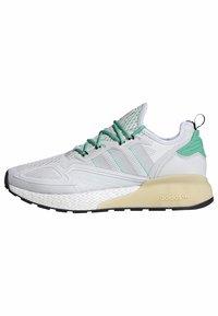 adidas Originals - ZX 2K BOOST - Sneakersy niskie - white/grey/ green - 10
