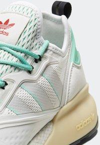adidas Originals - ZX 2K BOOST - Sneakersy niskie - white/grey/ green - 2