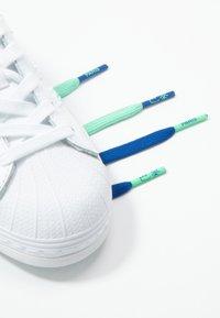 adidas Originals - SUPERSTAR - Sneakers laag - footwear white/prism mint/collegiate royal - 5