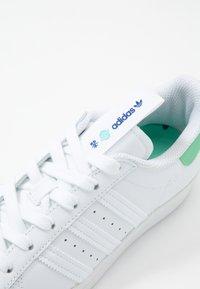 adidas Originals - SUPERSTAR - Sneakers laag - footwear white/prism mint/collegiate royal - 6