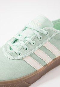 adidas Originals - ADI-EASE - Sneakers laag - dash green/chalk white - 5