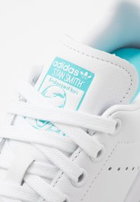 adidas Originals - STAN SMITH - Sneaker low - footwear white/blue glow - 5