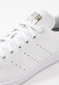 adidas Originals - STAN SMITH - Sneakers laag - footwear white/legend green - 5