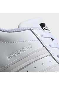 adidas Originals - 2020-04-02 SUPERSTAR SHOES - Sneakers laag - white - 6
