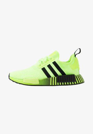 NMD R1 - Matalavartiset tennarit - signal green/core black